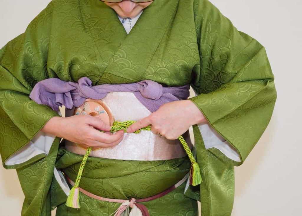 Atando el obijime en el centro de tu Nagoya obi