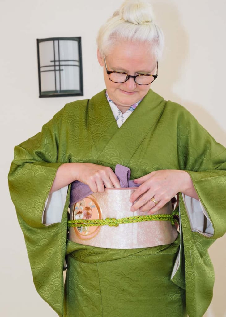Mételo dentro del Nagoya Obi.