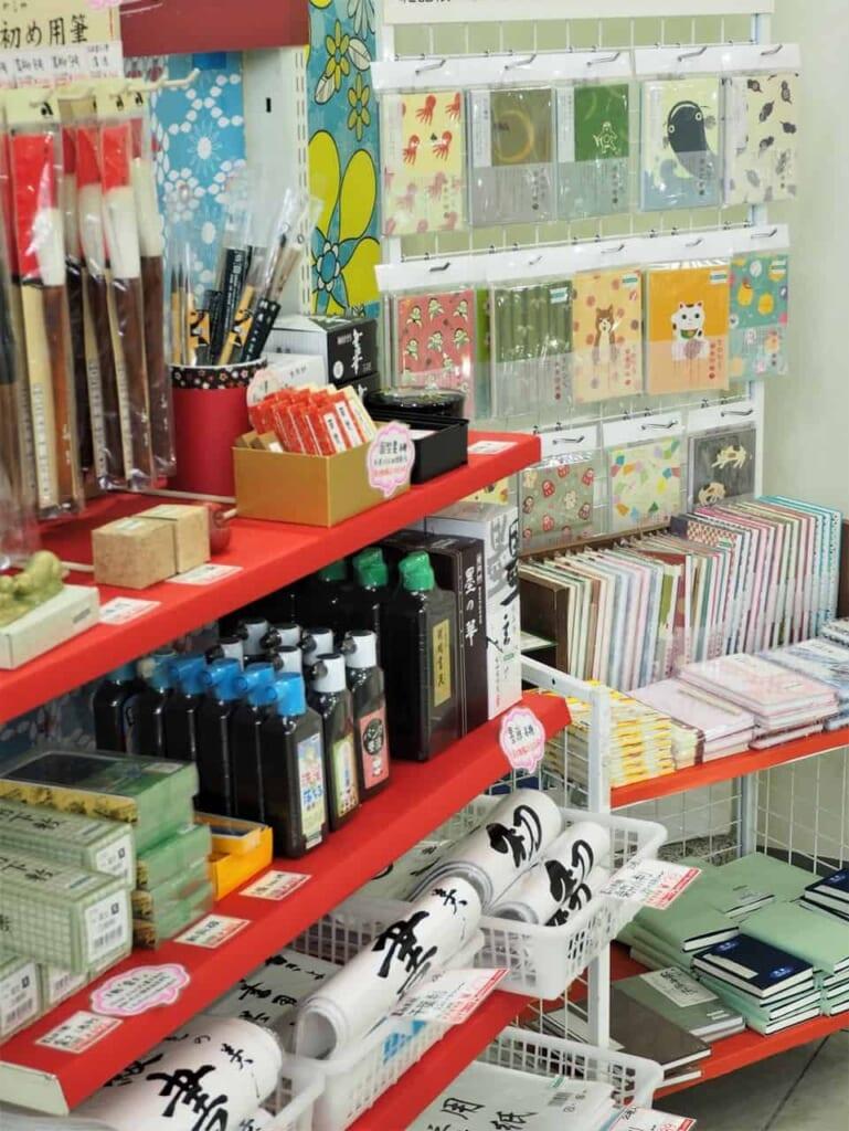 Varios productos en Sekaido, Tokio, Japón