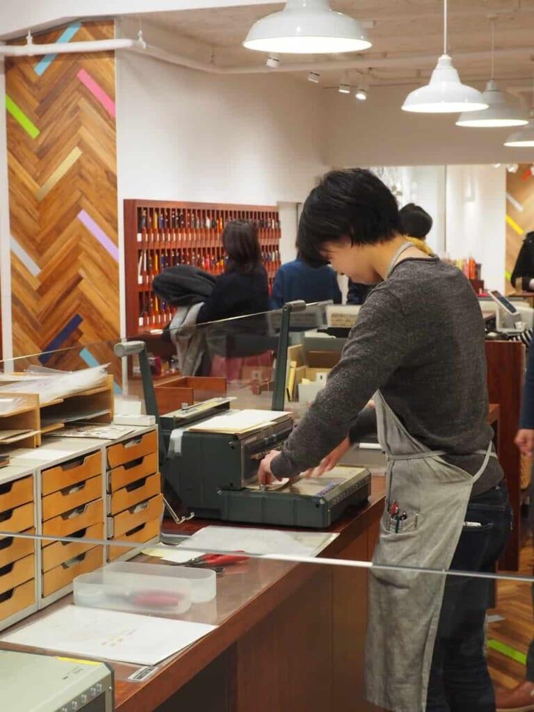 Encuadernado en directo en una papelería en Tokio