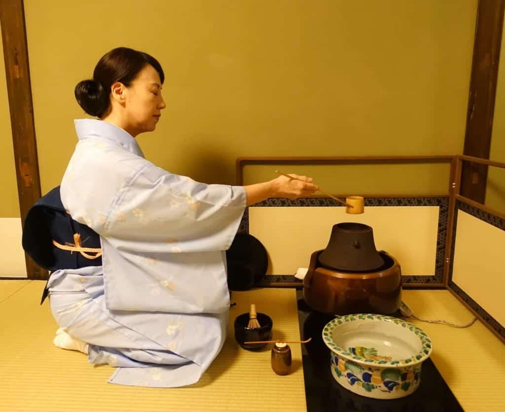 La anfitriona empieza la ceremonia del té en Tokio