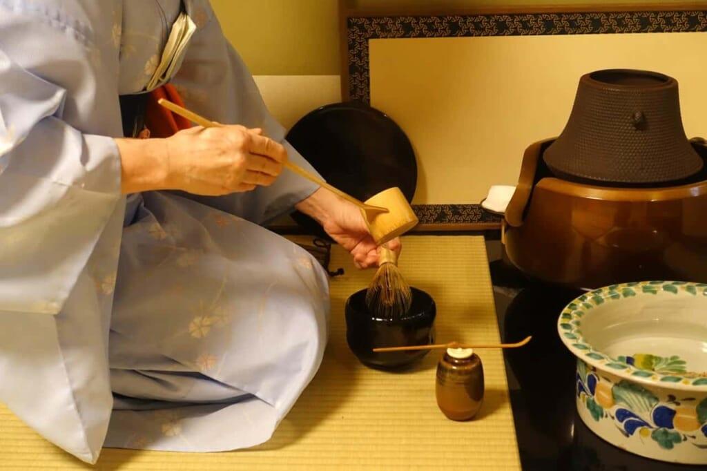 Uno de los meticulosos pasos para preparar el té durante una ceremonia japonesa del té