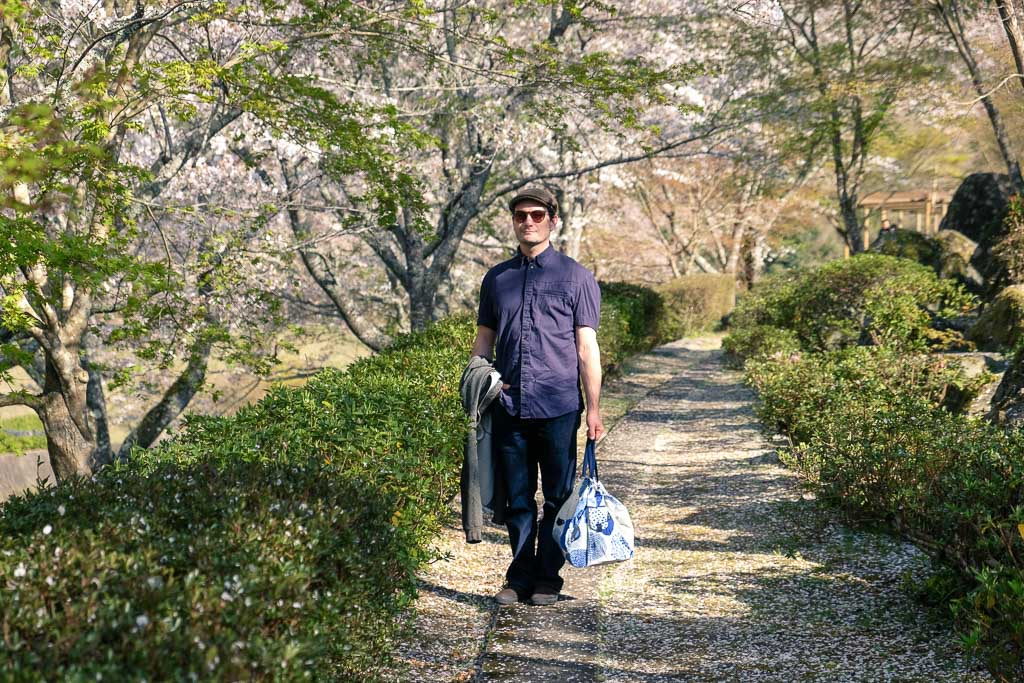 Persona visitando las flores del sakura