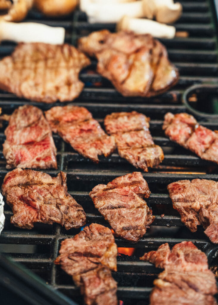 Distintos tipos de carne asándose