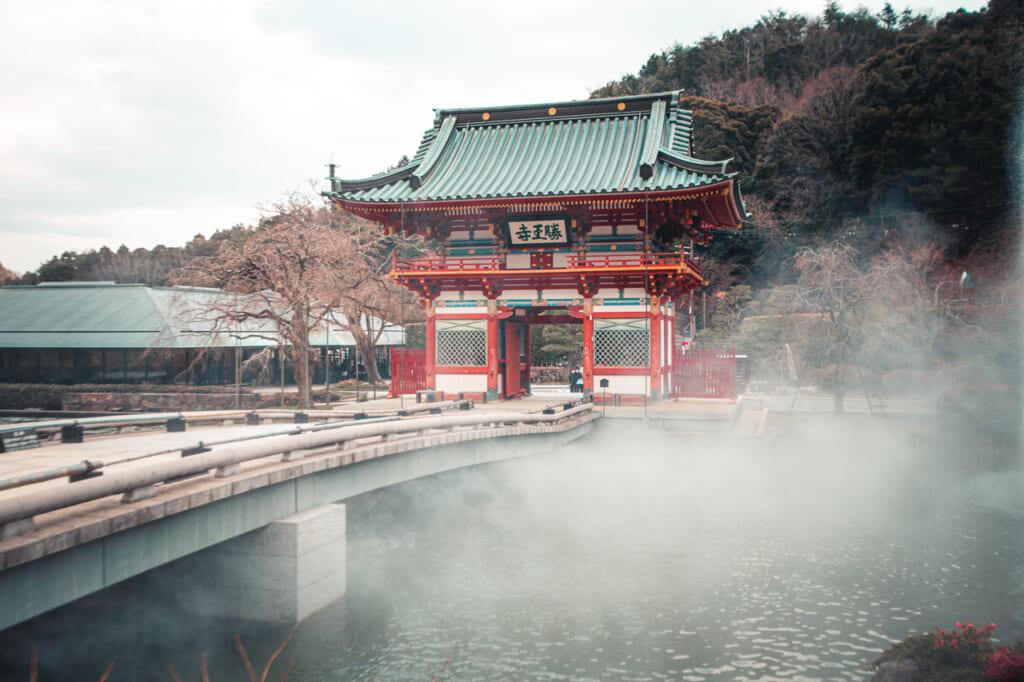 vapor saliendo del agua del lago del templo Katsuo ji