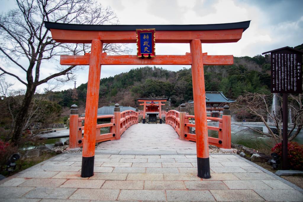 torii del santuario benzaiten del templo Katsuo ji