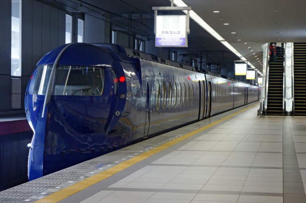 Tren saliendo desde el International Kansai, un aeropuerto de Japón