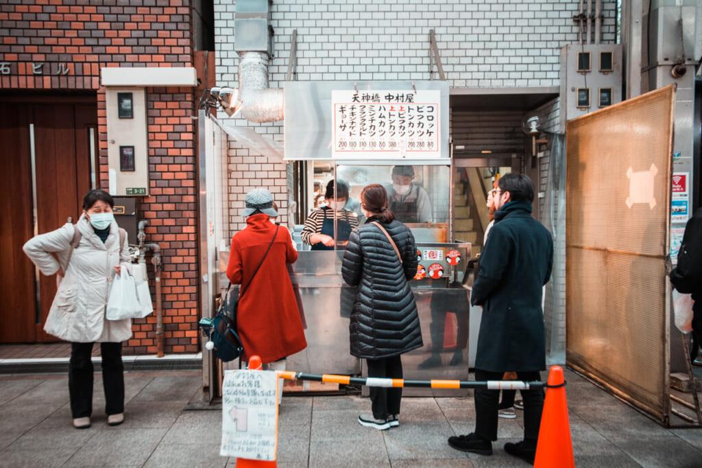 puesto de croquetas en Tenjinbashisuji