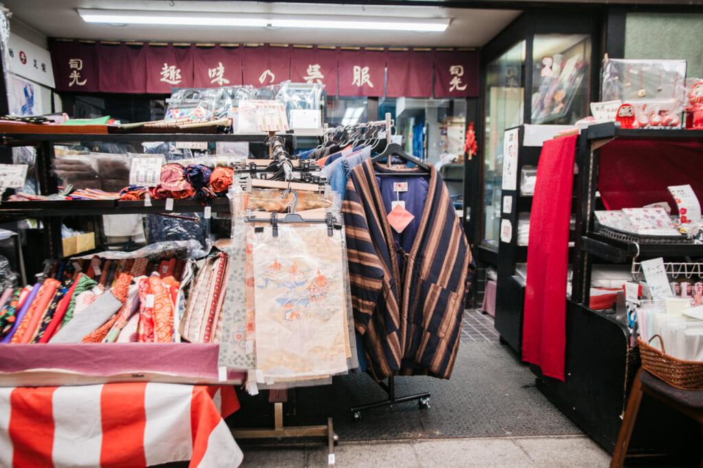 tienda de telas y vestimentas tradicionales en Tenjinbashisuji