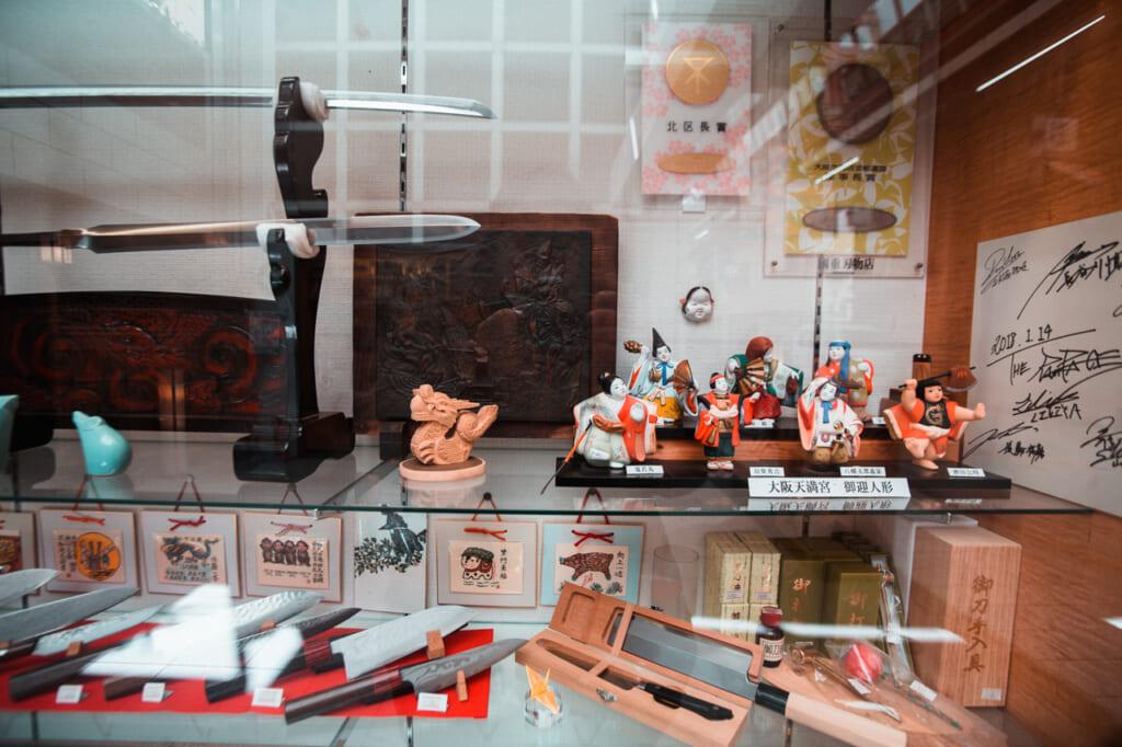 vitrina con katanas y cuchillos en Tenjinbashisuji