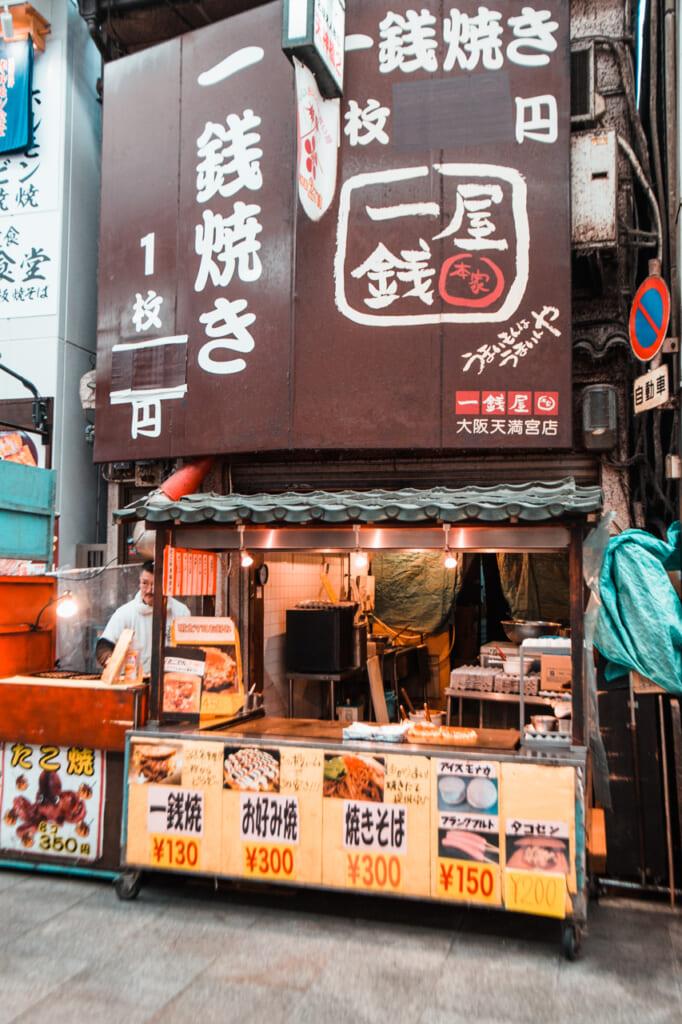 puesto de okonomiyaki en Tenjinbashisuji