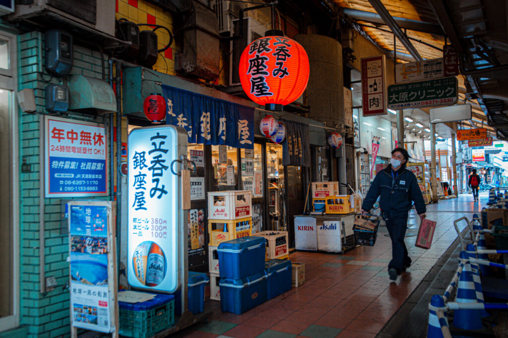 callejon con bares en Tenjinbashisuji