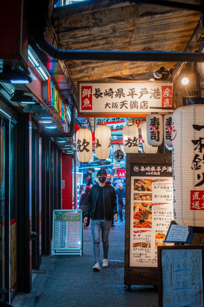 callejón con bares en Tenma