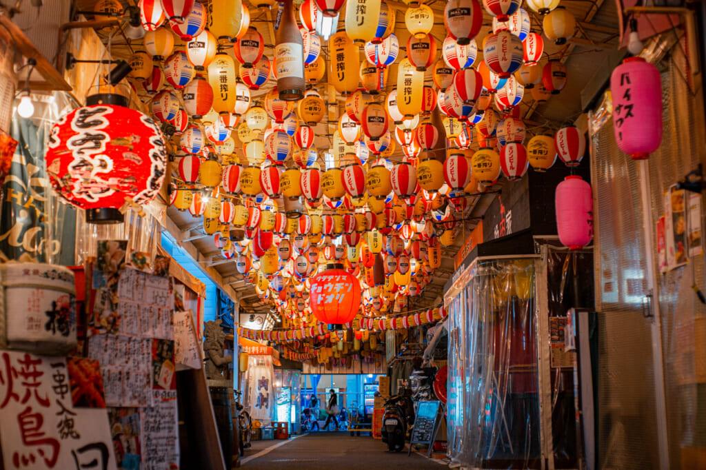 callejón lleno de farolillos iluminados en Tenma