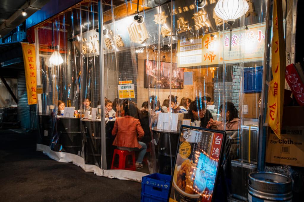 personas disfrutando del ambiente de un bar en Tenma