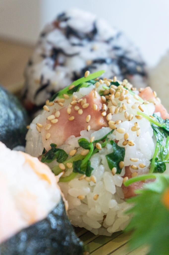 Onigiri con distintos alimentos mezclado