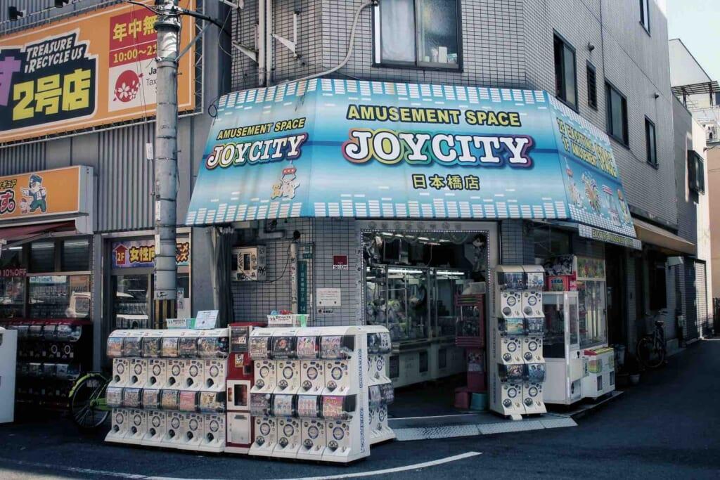 Varias tiendas con gachapon en su exterior