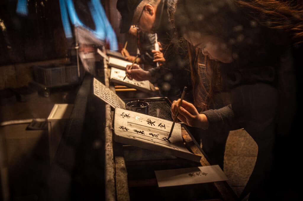 personas escribiendo en el templo Todaiji