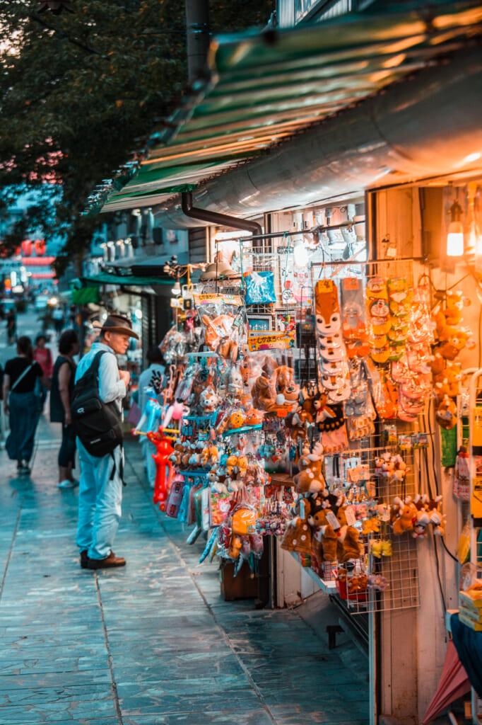 personas mirando puestos de souvenirs en nara