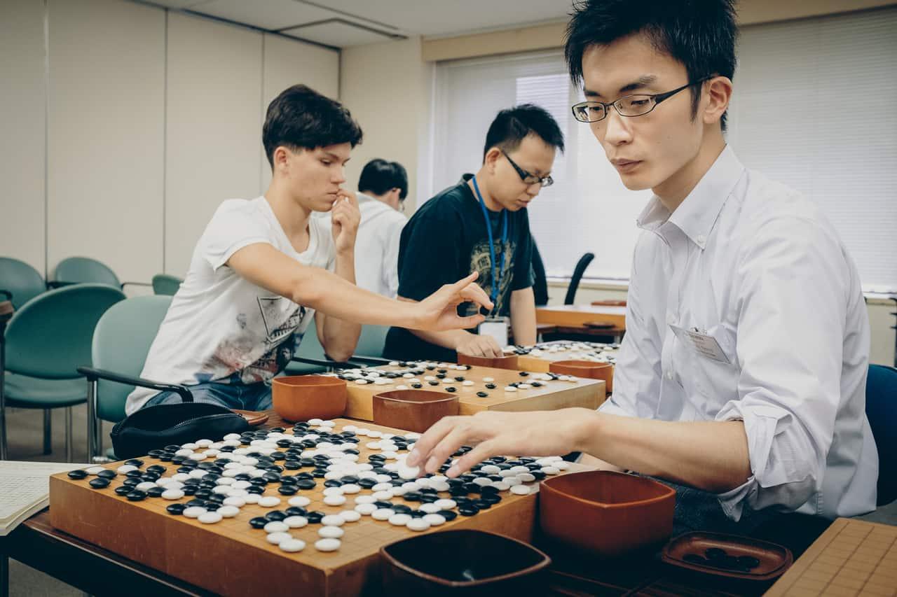 Un jugador profesional de Go dando lecciones