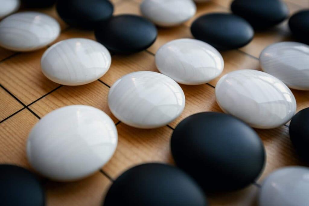 Fichas del Go, blancas y negras