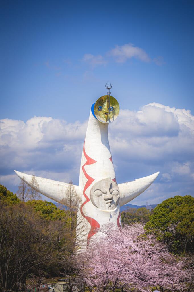 torre del sol y flores de cerezo