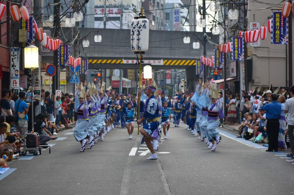 Grupos de bailarines rodeados de espectadores