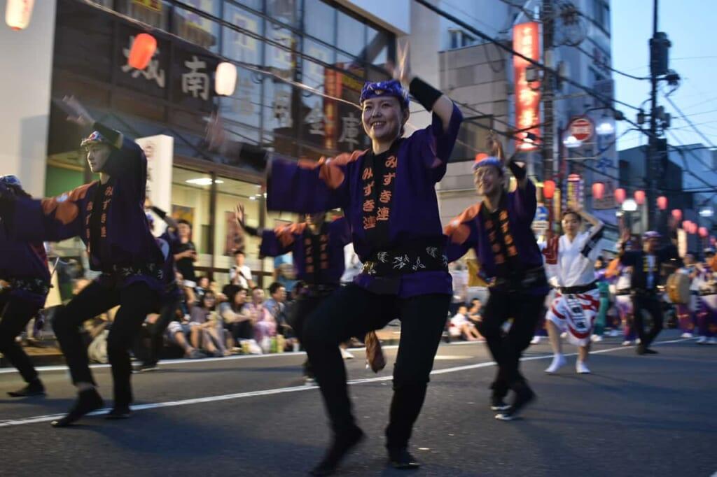 Japoneses bailando durante el Awa Odori de Yamato