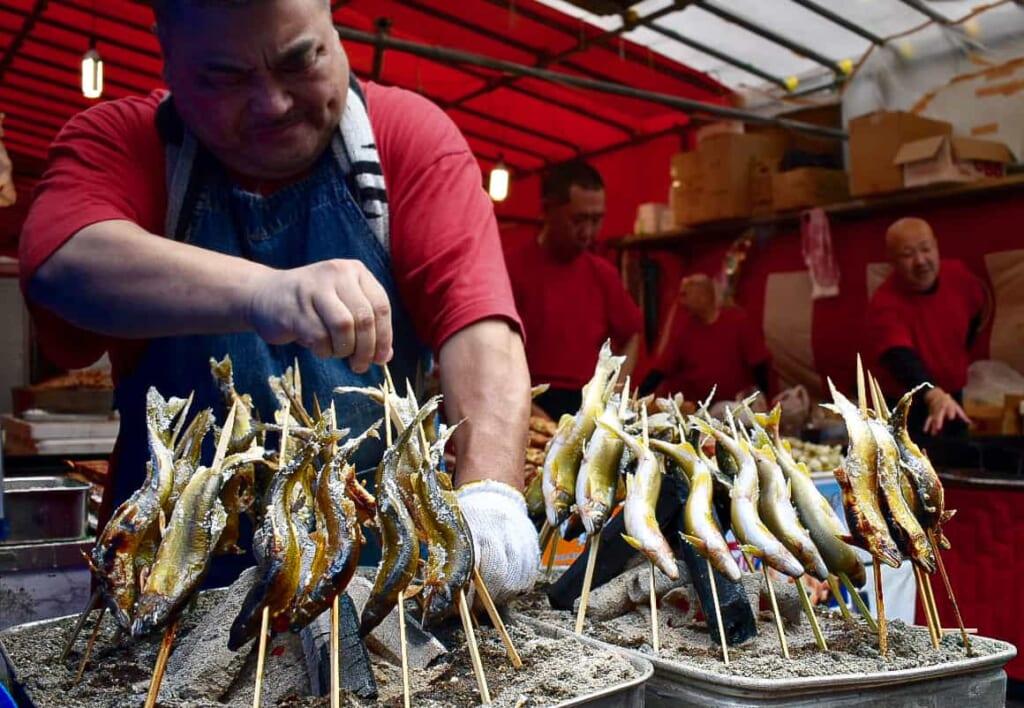 Pescados fritos en uno de las paradas del festival