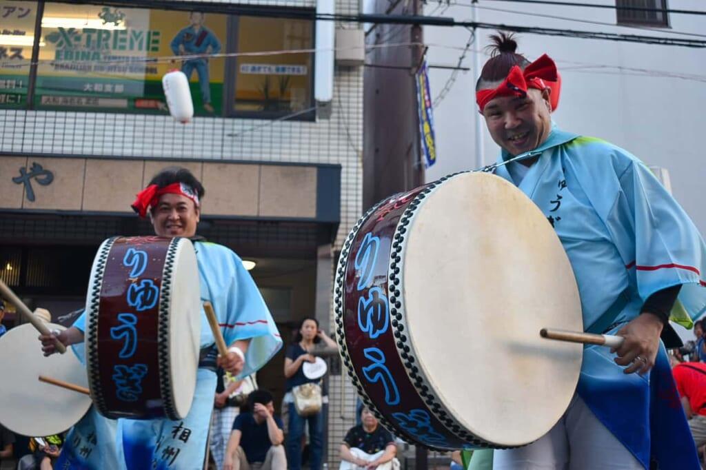 Gente tocando tambores