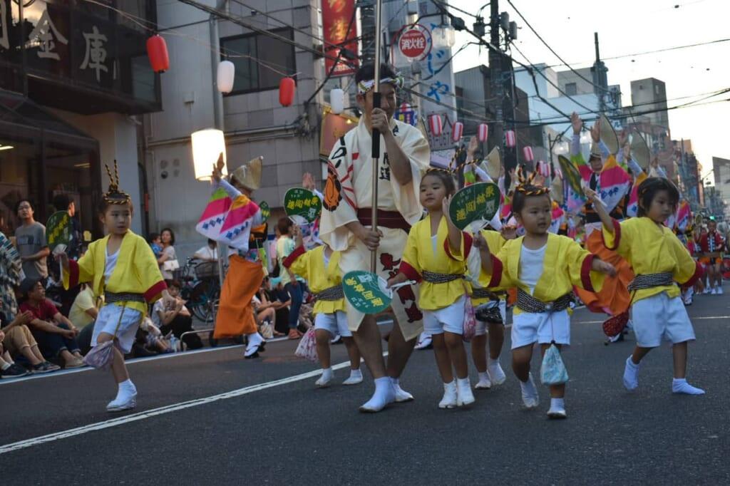 Niños bailando en el awa Odori
