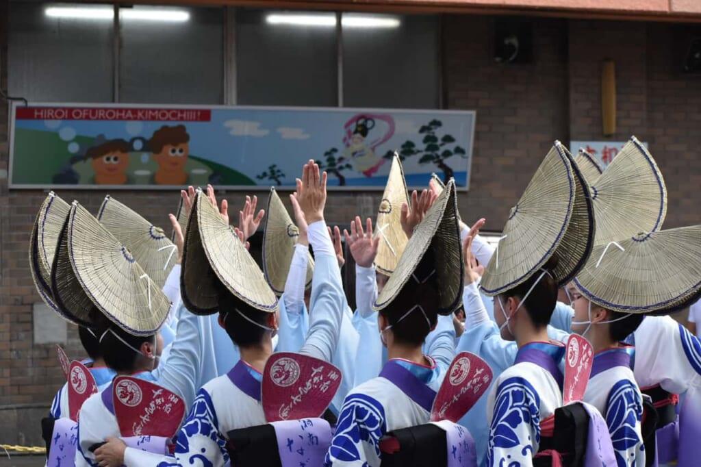 Los sombreros característicos de las bailarinas del Awa Odori