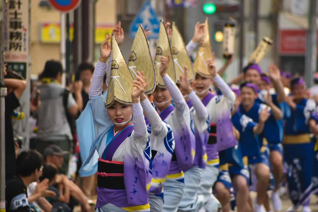 Chicas bailando en el Awa Odori de Yamato