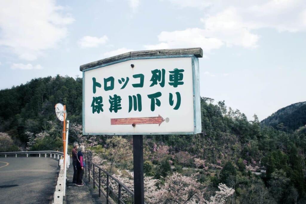 Cartel indicando donde está la estación desde el mirador