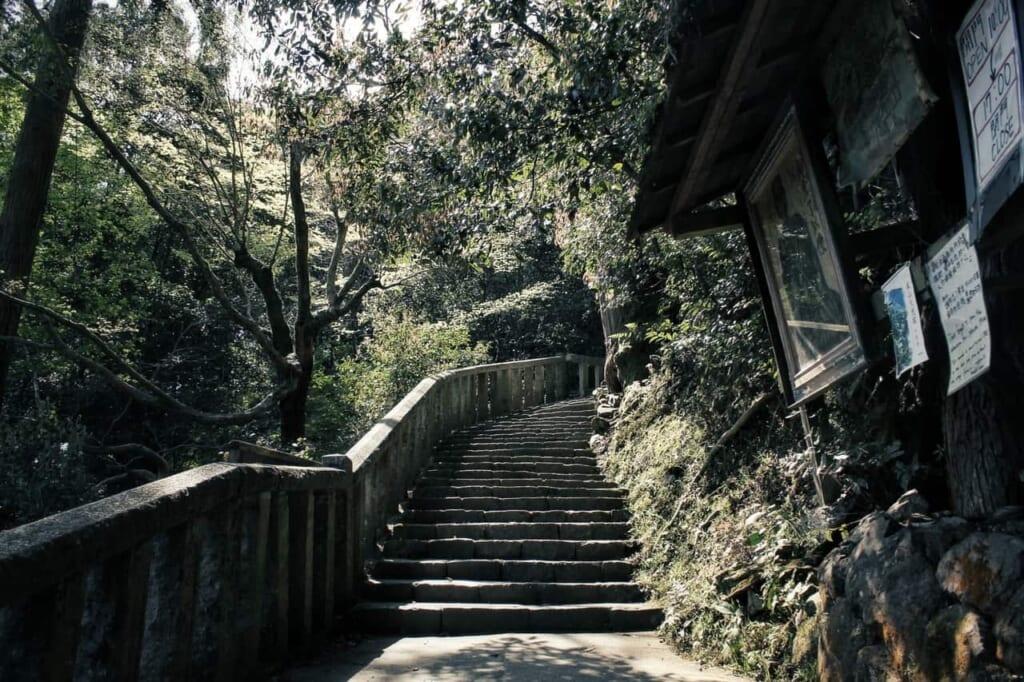 Las escaleras que llegan hasta el templo Daihikaku Senkoji