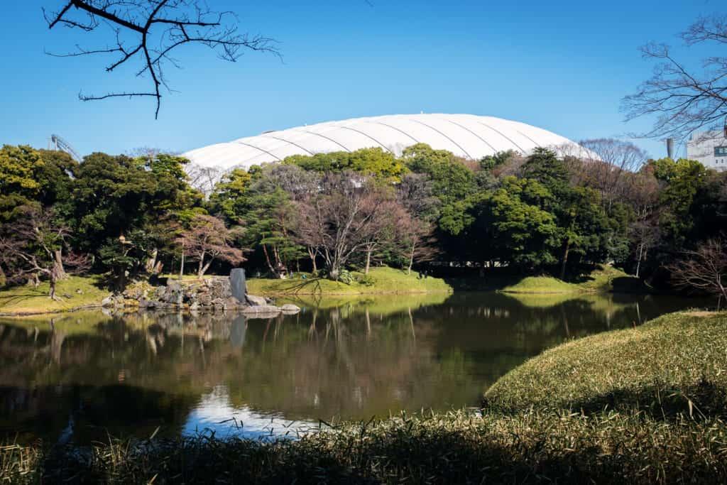 Vista general del jardín con el Tokio Dome detrás