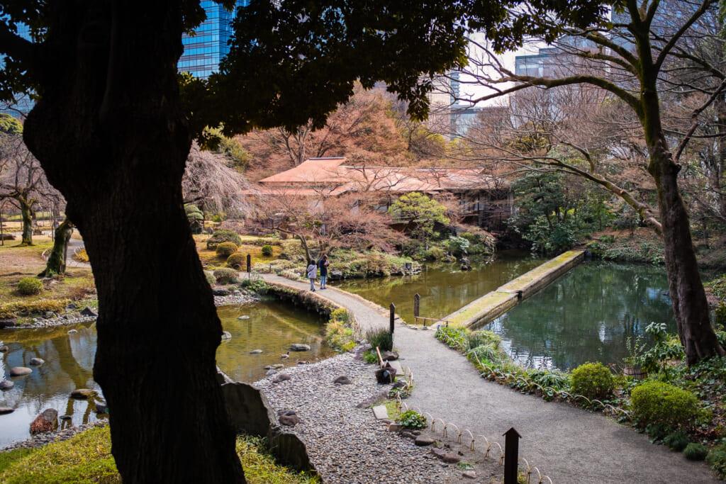 El jardín japonés de Koishikawa Koraku-en en el barrio de Bunkyo en Tokio