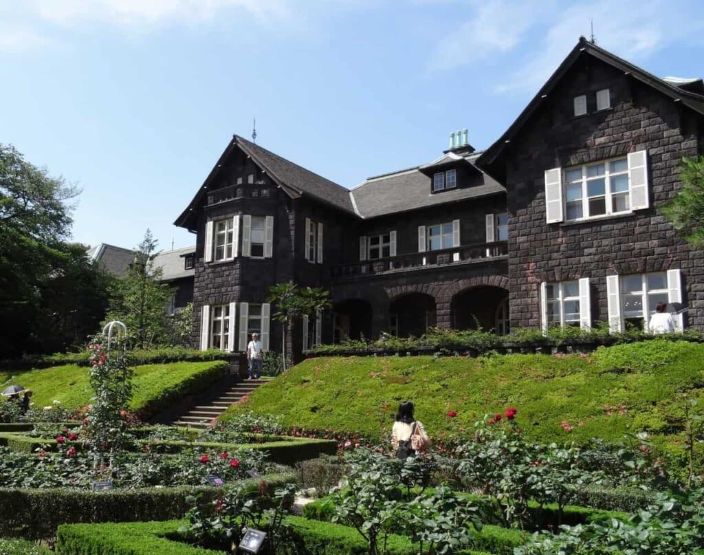 La residencia de estilo occidental con un jardín japonés en Tokio de rosas