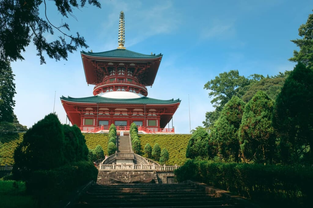 Una increible pagoda en este jardín japonés