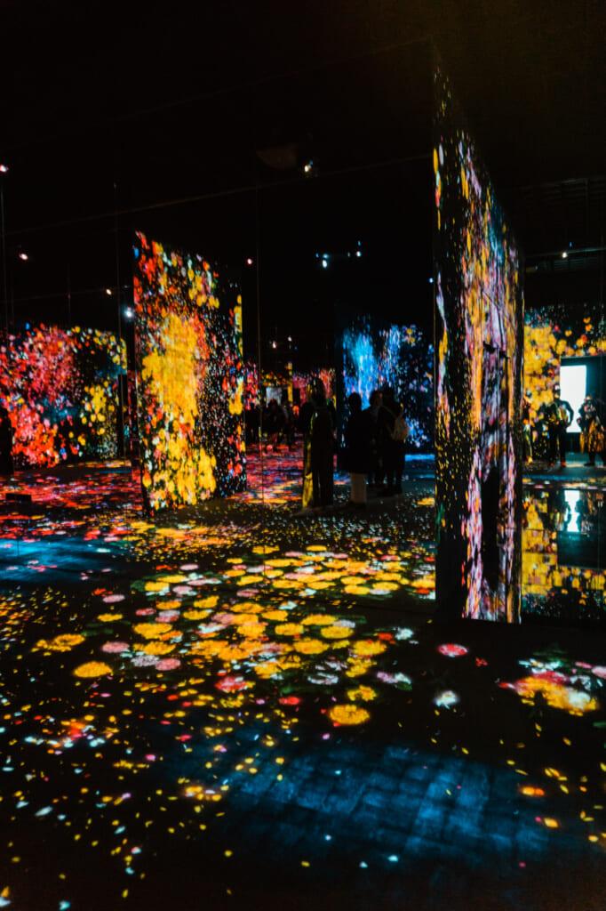 la sala de forest of flowers and people - teamLab borderless