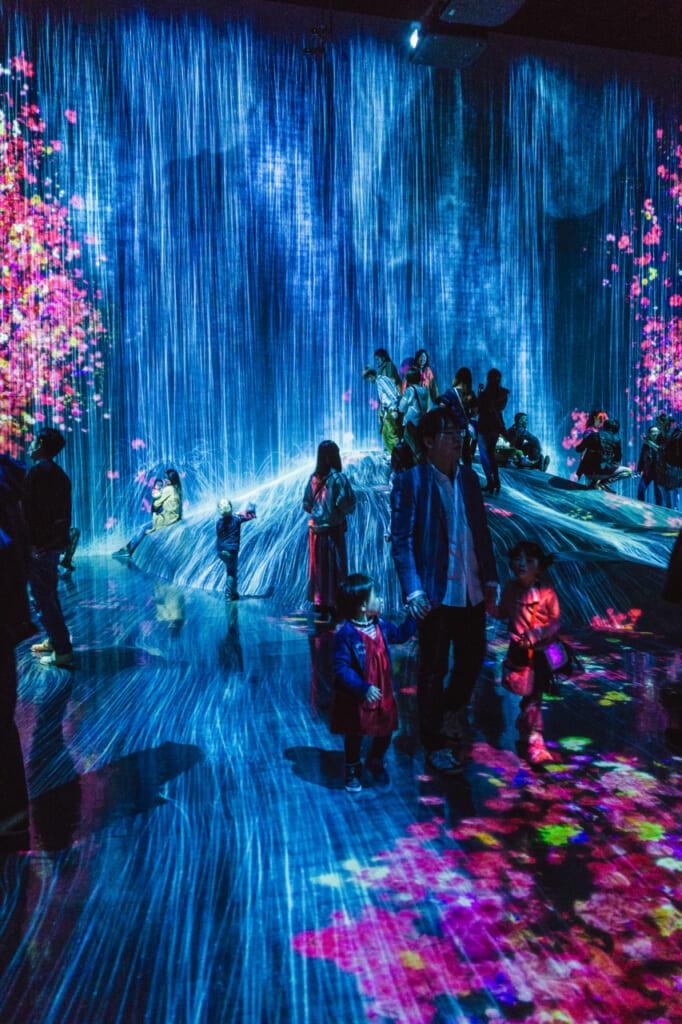 la increíble sala de universe of water - teamLab borderless