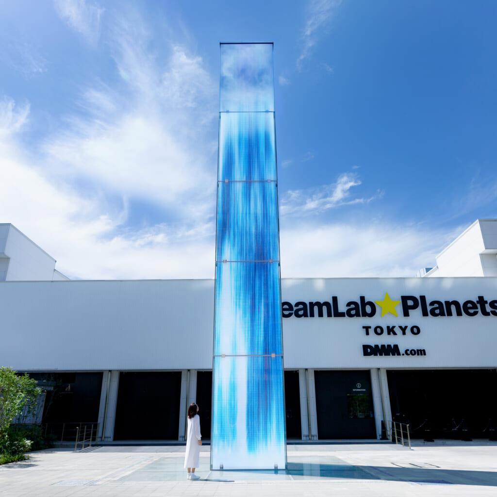 cascada digital en la entrada de teamlab planets