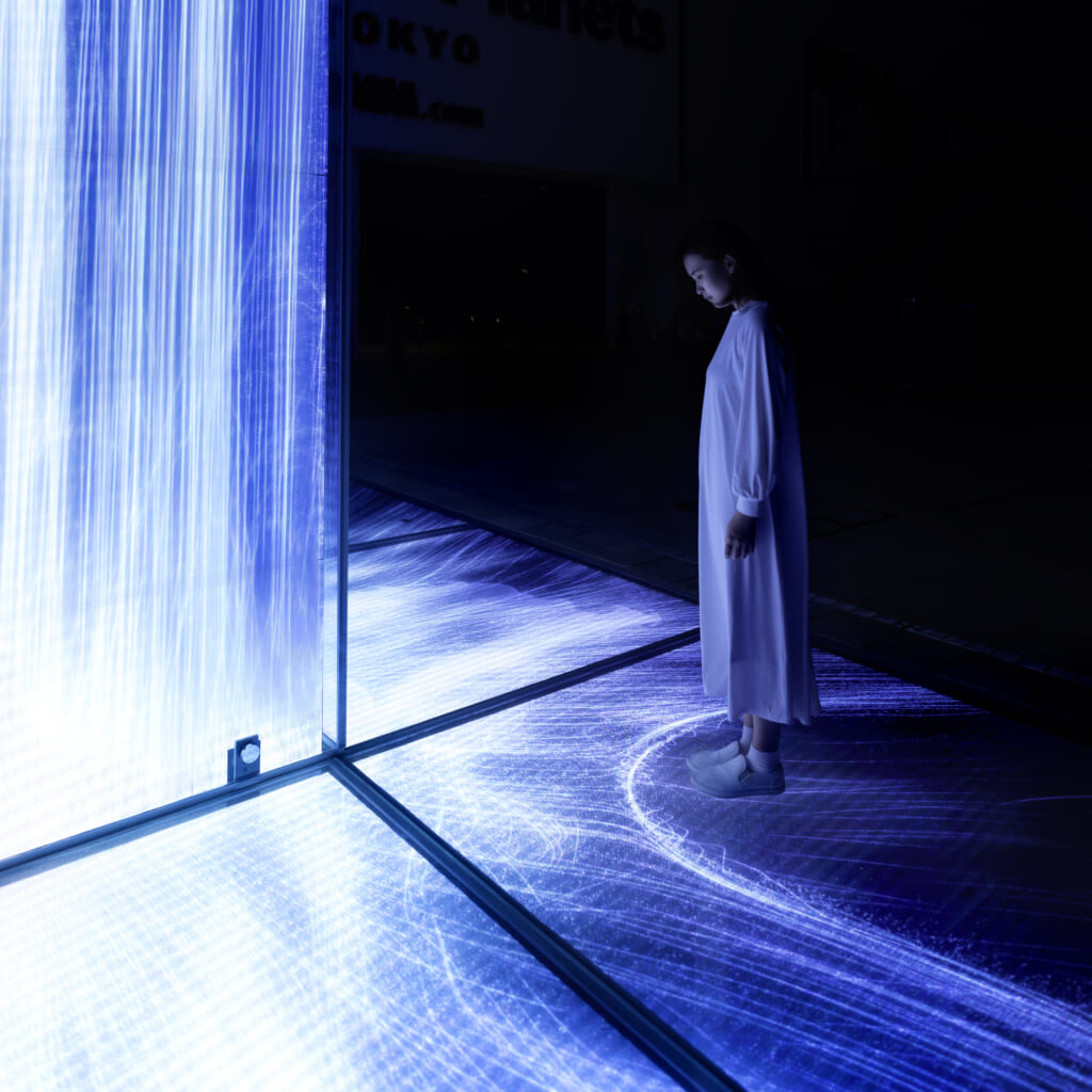 mujer en Universe of Water Particles Falling from the Sky