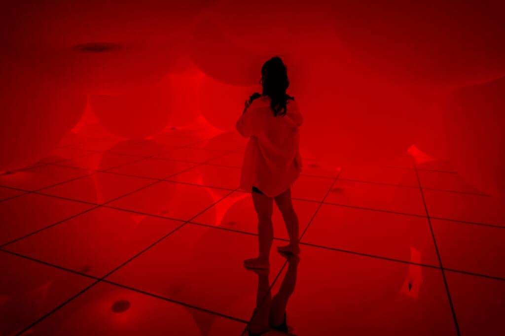 sala de las esferas de color rojo