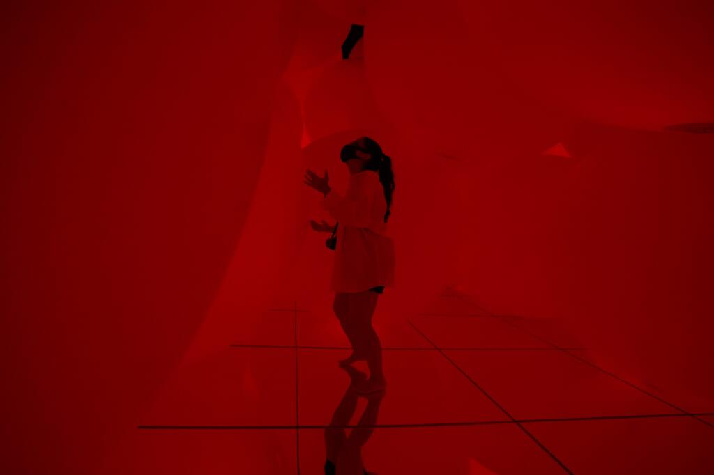 Jugando con las esferas completamente rojas