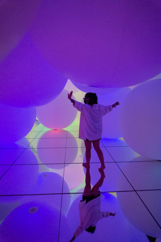 esferas de luz de color morado - teamLab Planets