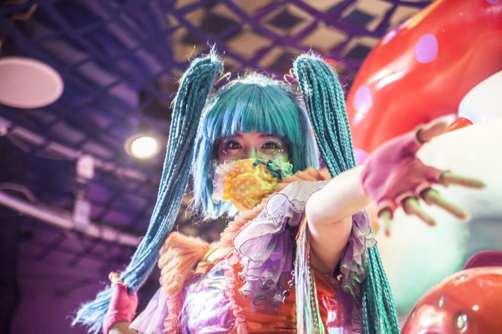 Monster Girl Candy actuando en el Kawaii Monster Cafe en Harajuku