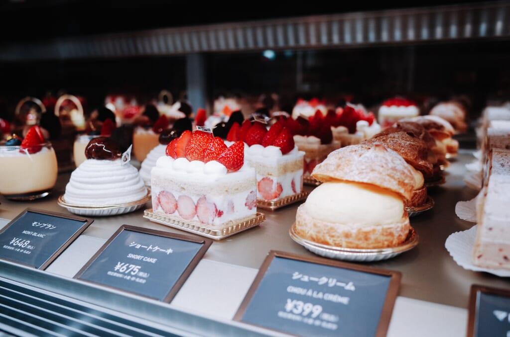 Pasteles japoneses en un expositor de una pastelería nipona