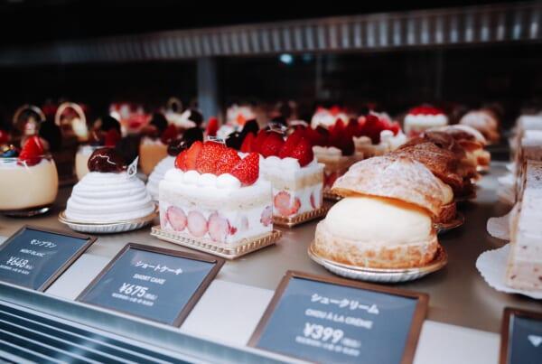 pasteles japoneses en una pastelería