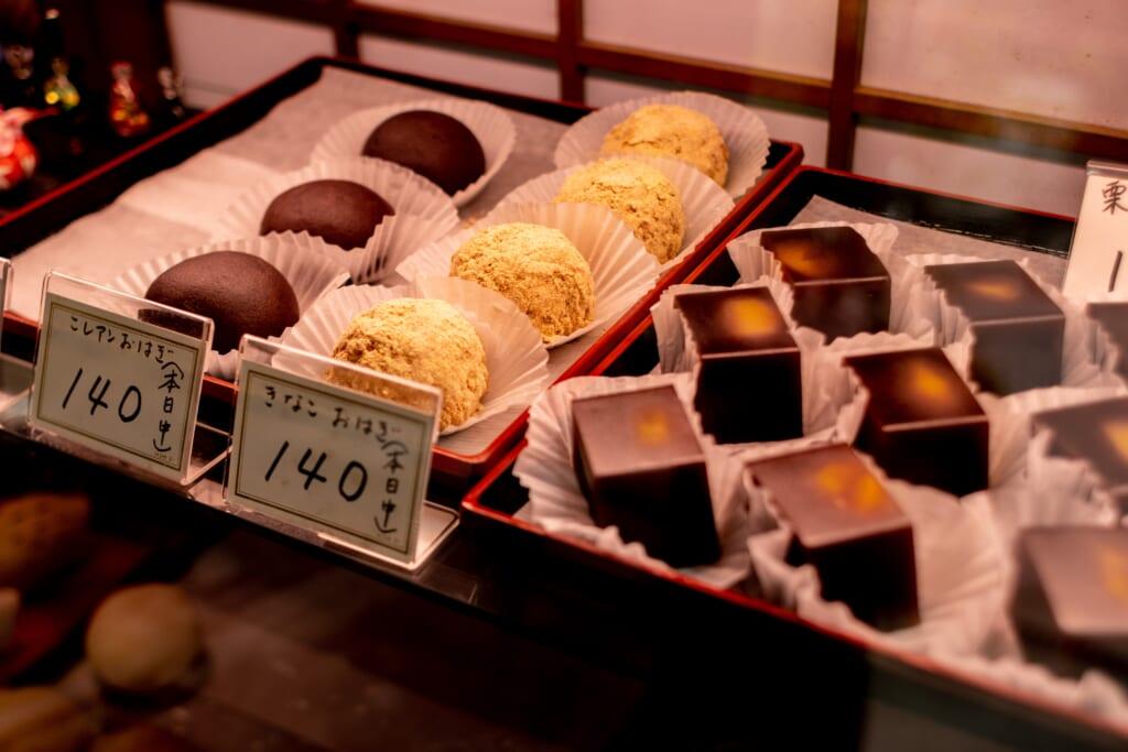 Pasteles japoneses en una pastelería en Japón